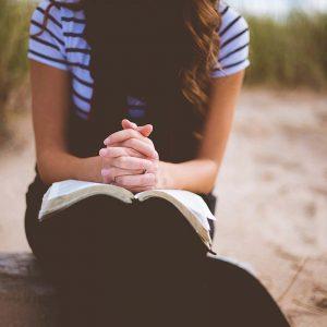 Frau beim Bibel lesen und beten