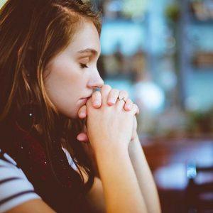 Frau beim Beten