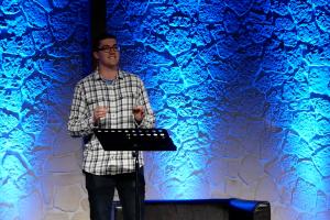 Jugendpastor Aaron Snider bei einer Predigt