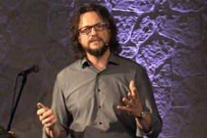 Pastor Alex Guse steht bei einer Predigt
