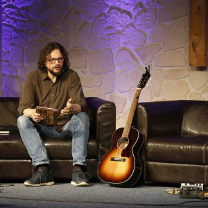 Pastor Alex Guse sitze während einer Predigt