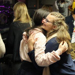Jugendliche umarmen sich