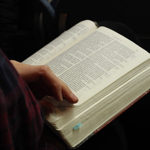 Bibel lesende Person
