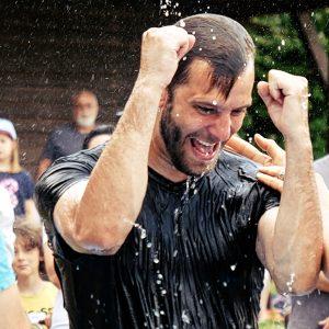 Mann bei der Taufe