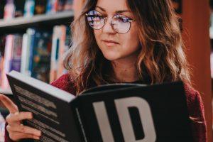 Frau beim lesen in Buchladen