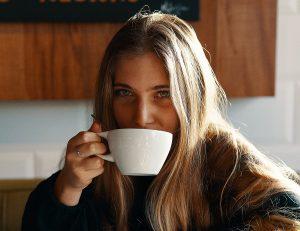 Frau beim Kaffeetrinken