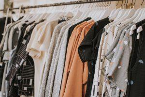 Viele Kleider auf einer Kleiderstange