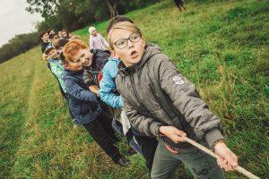 Kinder beim Seilziehen