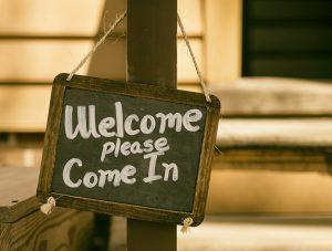Schild mit Aufschrift - Welcome please come in