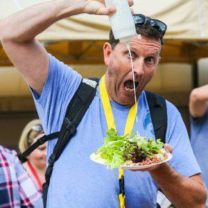 Mann mit Salatteller