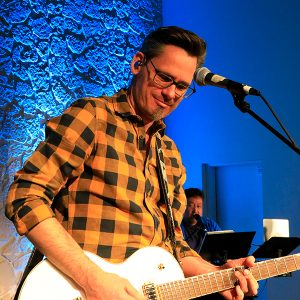 Olli Dangendorf spielt Gitarre