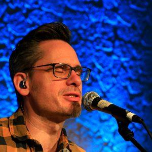 Olli Dangendorf singt in Mikrofon