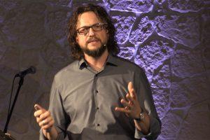 Pastor Alexander Guse bei einer Predigt