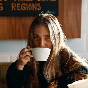Frau genießt einen Kaffee
