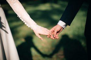 Mann und Frau halten sich die Hand