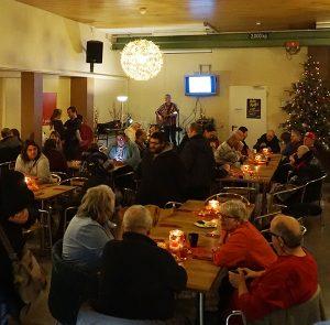 Menschen bei einer Weihnachtsfeier