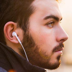 Mann mit Kopfhörern im Ohr