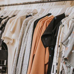 Kleiderstange mit Kleidern