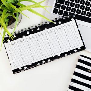 Kalender liegt auf Tisch