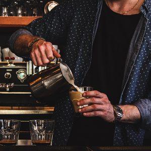 Mitarbeiter der Calvary Chapel Siegen beim Kaffeekochen