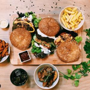 Hamburger mit Pommes und Salat