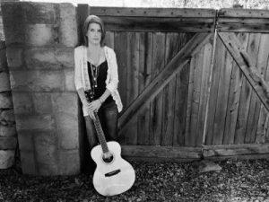 Andrea Kölsch mit Gitarre