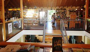 Frau und Kind im Buchladen Chapel Siegen