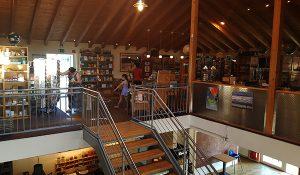 Frauen und Kind im Buchladen Chapel Siegen
