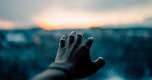 Hand streckt sich aus