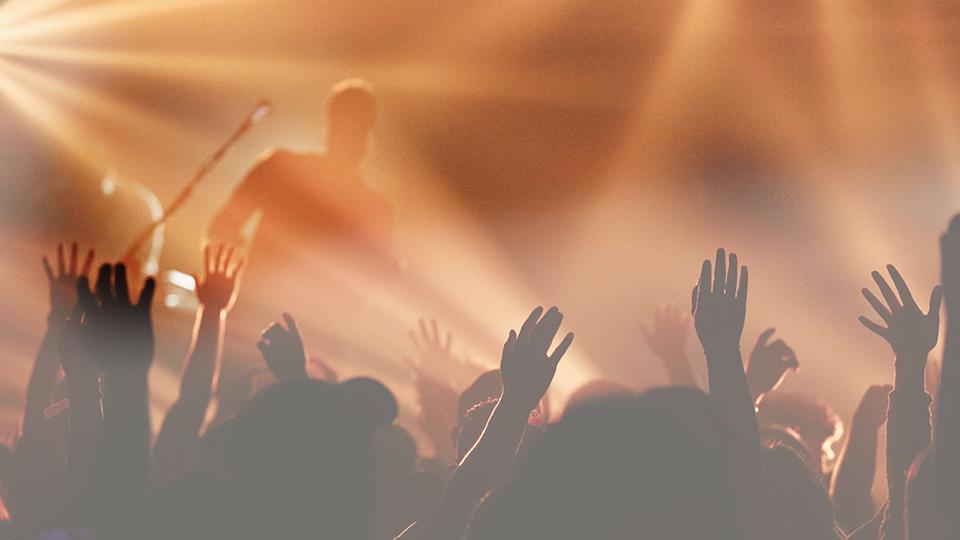 Menschen in einem Gottesdienst bei Worship