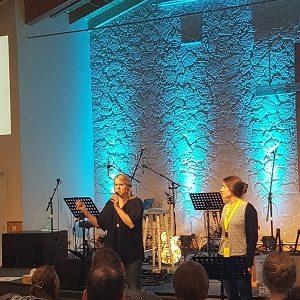 Zwei Frauen singen auf Worship Konferenz