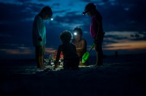 Vier Chapel Kids spielen im Sand